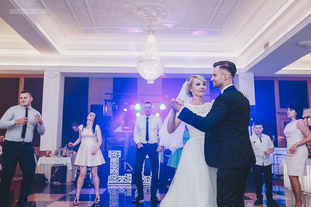 Koronkowa suknia ślubna Elizy podczas wesela w Hotelu Łańcut