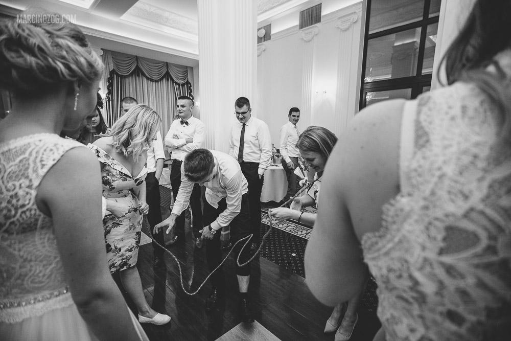 Przeciąganie liny podczas oczepin - wesele w Hotelu Łańcut