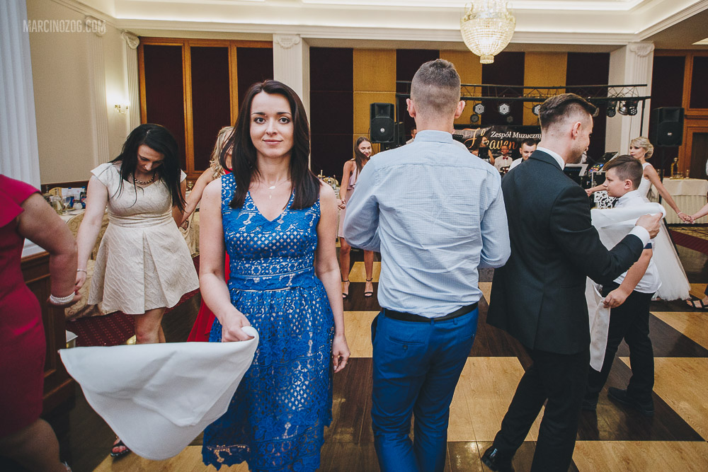 Jednym z elementów oczepin na weselu w Hotelu Łańcut była chusteczka haftowana