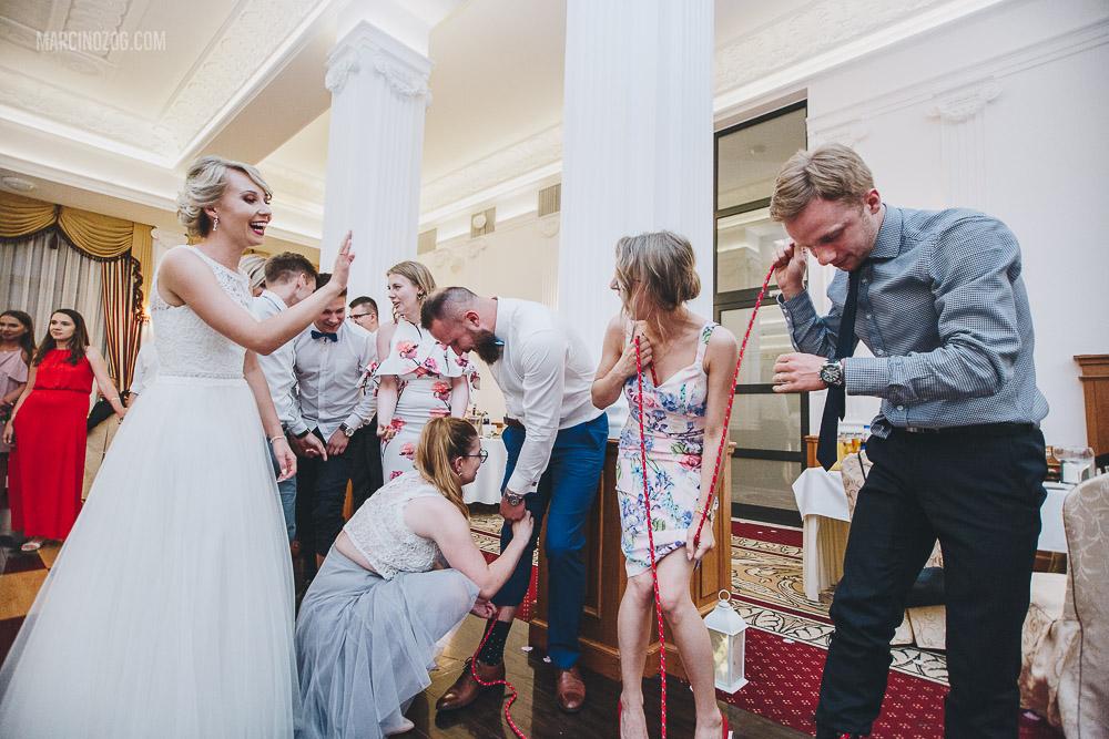 Zabawy oczepinowe - przeciąganie liny - Wesele w Hotelu Łańcut